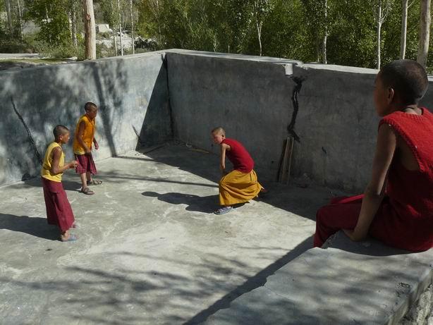 Monjes jugando al cricket