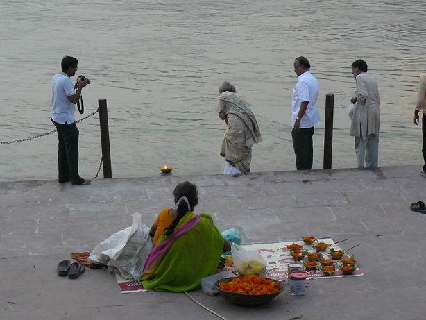 Ofrenda en Rishikesh