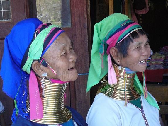 mujeres jirafa como reclamo de una tienda en Inle
